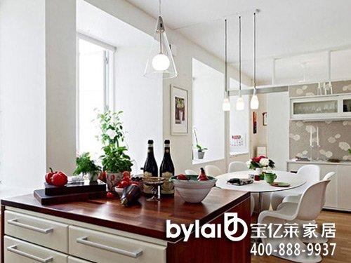 客厅内的实木地板设计,和纯白色的墙面设计,让客厅在灯具的照明下