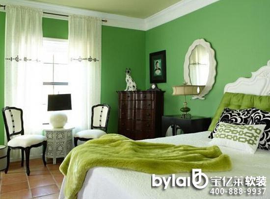 绿色的壁纸与白色的窗帘搭配