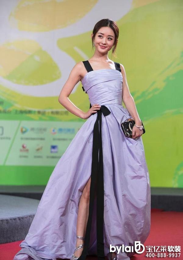 家居产业链,紫色长裙也开始流行开来,除了晚礼服,街拍的时候女星也很喜欢穿紫衣长裙。   10、范冰冰    这大概是范冰冰没有P的图片流出,一身紫色长裙本来是美美哒的,但是没修的蝴蝶袖实在辣眼睛。   9、莫文蔚    长的不美又如何?好身材才是驾驭漂亮服装的王道,紫色开叉长裙小露美腿,莫文蔚十分性感妩媚。   8、高圆圆    高圆圆这身紫色长裙虽是上半部分透明设计,但是在她身上穿出了保守派,紫色本是给人神秘的感觉,高圆圆则是沉稳。   7、倪妮    一向比较喜欢休闲打扮的倪妮身着西装霸气,是走在时尚